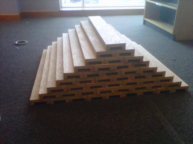 Shelf-backer pyramid